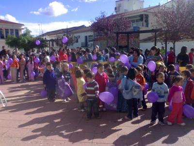 Todos los niños/as del cole en la plaza del pueblo celebrando el Día de la violencia de género