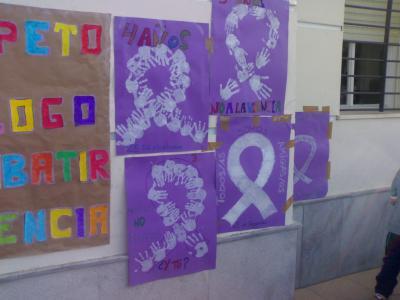 Nuestras pancartas sobre la violencia de género colocadas en la plaza del pueblo.