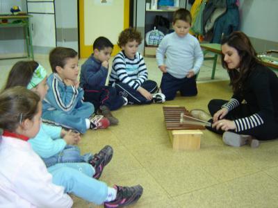Nos visita la maestra de música.